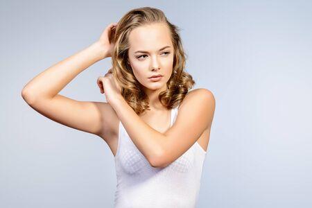 Bella giovane donna con il viso naturale chiara. Pelle perfetta. Nude make-up, cosmetici.