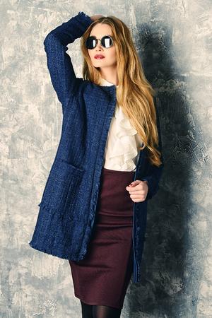 Fashion Schuss von der eleganten jungen Frau. Herbst, Frühling Kleidung Sammlung.