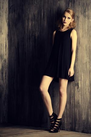 Coup de mode d'un beau modèle féminin posant au studio. Beauté, mode. Maquillage, coiffure.