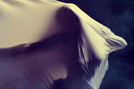 Photo d'art d'une silhouette féminine qui traverse le tissu.