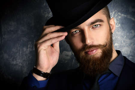 우아한 수트와 모자를 쓰고있는 수염과 콧수염 신사. 스톡 콘텐츠