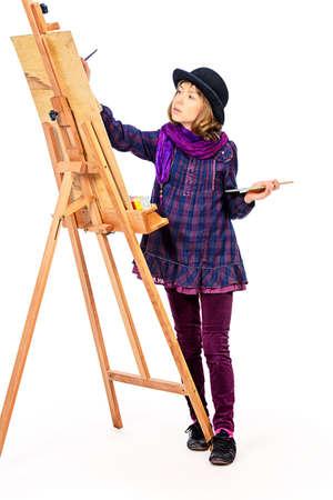 Muchacha del artista joven con su caballete y paleta de colores. Afición, la ocupación. Aislado en blanco. Foto de archivo - 61182668
