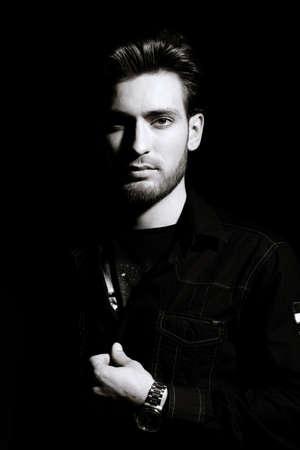 Ritratto in bianco e nero di un bel giovane. la bellezza maschile, moda. Acconciatura.