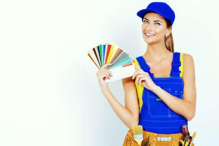 Sorridente consulente femminile sulla costruzione di rivestimenti mostra campioni tavolozza di colori. Operaio edile. Occupazione. Archivio Fotografico