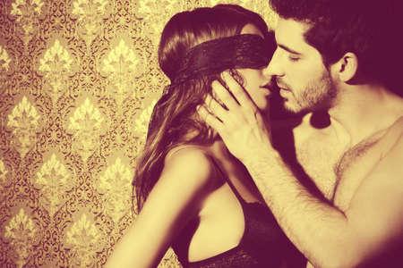 62379579-sensual-mujer-joven-con-cinta-de-encaje-en-los-ojos-y-un-hombre-guapo-besos-y-jugar-en-juegos-de-amo.jpg?ver=6