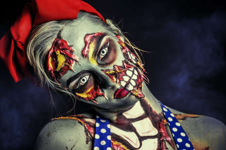 Frayeur fille zombie pin-up sur fond sombre. Body-painting projet. Halloween maquillage. Horreur.