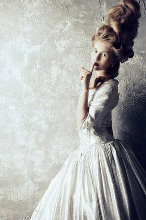 Fashion portret van een mooie vrouw in een luxe middeleeuwse kleding en hoge kapsel in vintage stijl. Barok en renaissance stijl. Historische kleding, kapsels geschiedenis. Stockfoto