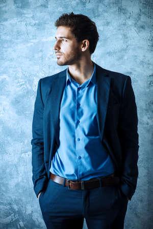우아한 양복을 입고 잘 생긴 남자의 패션 샷. 남성 뷰티, 패션. 실업가.