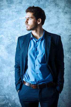 Fashion shot van een knappe man elegante pak dragen. Men's beauty, fashion. Zakenman. Stockfoto