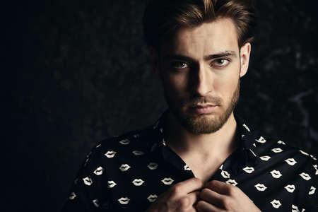 Ritratto di un bel giovane. la bellezza maschile, moda. Acconciatura.