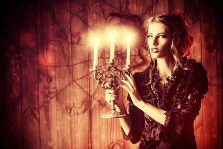 bella joven vestido medieval en una misteriosa casa abandonada. Brujería, bruja. Concepto de Halloween. Foto de archivo