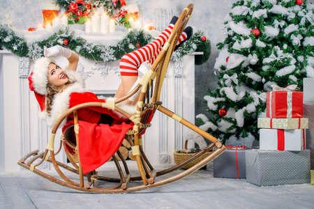 Sexy Christmas dziewczynka pociągający w pokoju, pięknie urządzone na Boże Narodzenie.