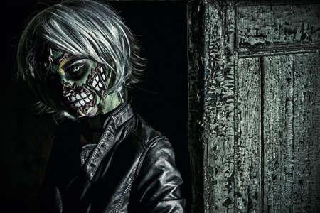 スラム街の恐ろしい血に飢えたゾンビ女。ボディ塗装プロジェクト。華やかなゾンビの女の子。ハロウィンのメイク。ホラー。