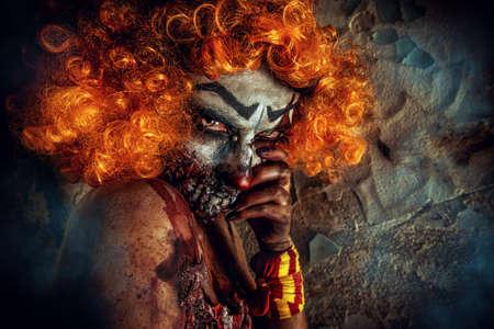 Portrait d'un mauvais clown rousse sanglante. Halloween. Horreur. Banque d'images