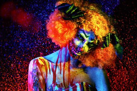 Portret van een verschrikkelijke bloedige roodharige clown. Halloween. Verschrikking.