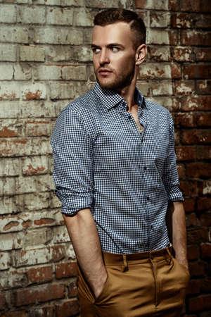 현대 여름 도시 거리에 서있는 젊은 남자. 남자 패션.