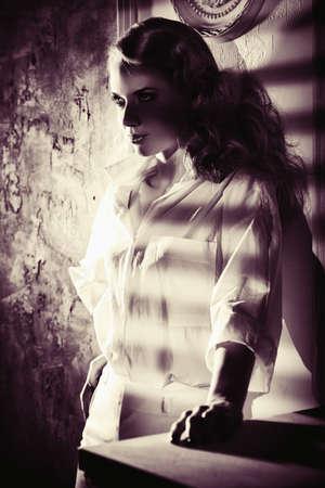 mannequin magnifique posant dans un intérieur luxueux vintage. Belle femme portant le maquillage et la coiffure avec des éléments de style rétro. Beauté, mode. Banque d'images