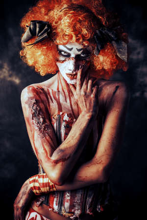 끔찍한 피 묻은 빨간 머리 광대의 초상화입니다. 할로윈. 공포.