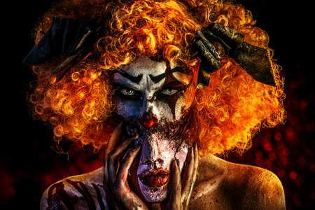 Close-up portret van een verschrikkelijke bloedige clown met een masker. Halloween. Verschrikking.