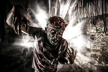 Bloody zombie man with brains out. Horror. Halloween. 版權商用圖片 - 64224708