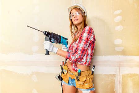 Attraktive junge Frau, die Reparaturen zu Hause tun. Portrait eines weiblichen Bauarbeiter. Gebäude, Reparatur-Konzept. Standard-Bild - 64224733