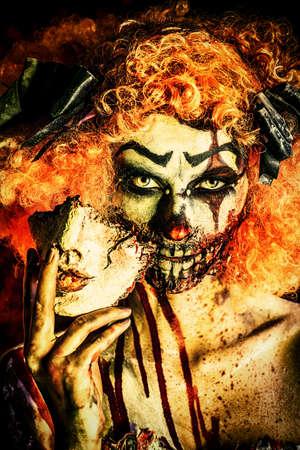 マスクと一緒にひどい血まみれピエロのクローズ アップ肖像画。ハロウィーン。ホラー。 写真素材