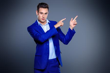 우아한 클래식 양복에 잘 생긴 젊은 남자의 초상화. 남자의 아름다움, 패션. 실업가. 공간을 복사합니다. 스톡 콘텐츠 - 65894041