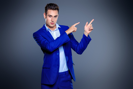 Portret van een knappe jonge man in een elegante klassieke pak. Men's beauty, fashion. Zakenman. Kopieer ruimte. Stockfoto