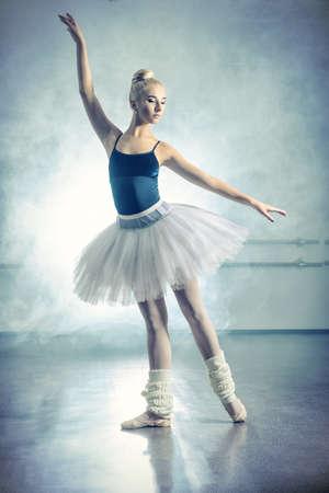 Art concept. Belle danse de ballerine dans la classe de ballet.