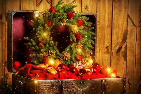 Schatztruhe mit Weihnachtsschmuck.