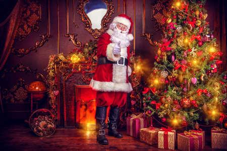 サンタ クロースは、クリスマスの贈り物をもたらします。家はクリスマスに美しく飾られています。