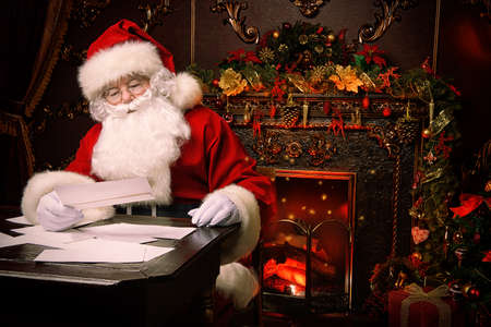 Santa Claus is preparing for Christmas, he is reading children's letters. Mail of Santa Claus. Christmas decoration. Stockfoto - 111405375