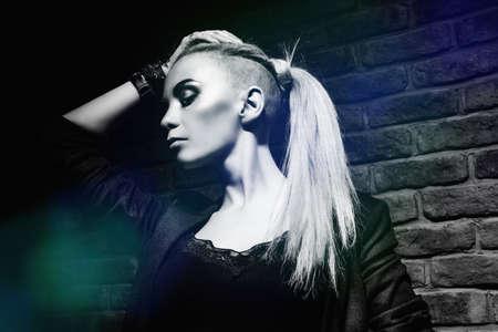 Retrato em preto e branco de uma mulher extravagante. Rock, estilo punk. Beleza, conceito de moda.