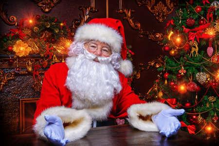 Concepto de la Navidad. Retrato de primer plano de un cuento de Santa Claus. viejas tradiciones buenas. Vacaciones en familia. Foto de archivo - 66249140