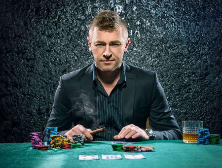 カードとカジノでチップで金持ちギャンブラー。ギャンブル、トランプやルーレット。