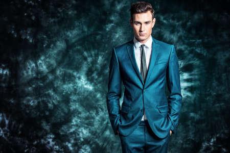 Arbeiten Sie Schuss eines hübschen jungen Mannes in der eleganten klassischen Klage um. Männer Schönheit, Mode.