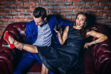 party concept. Mooi schitterend paar in elegante avondjurken met plezier op een feestje. Mode, glamour.