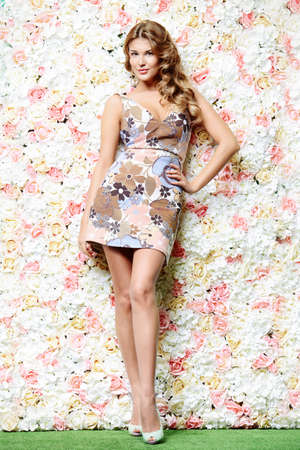 Retrato de una mujer joven y sonriente sobre fondo floral. inspiración primavera. la moda de verano. Foto de archivo - 70542534