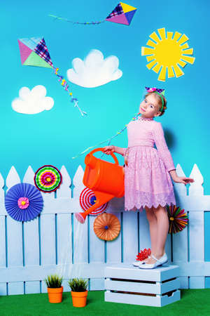 一个逗人喜爱的儿童女孩的画象夏天装饰的。孩子的时尚。夏季风格。
