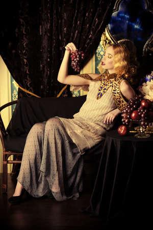 Beau modèle de mode dans une riche robe historique. Cru. style Luxe. Banque d'images - 71483464