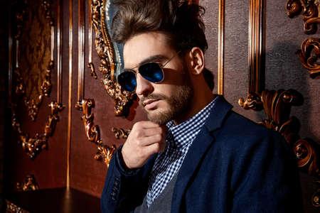 Retrato De Un Hombre Imponente Bien Vestido Con Gafas De Sol