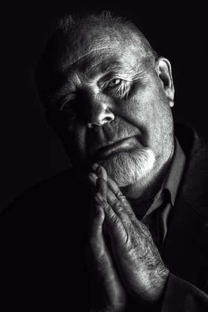 Retrato de homem idoso sobre fundo preto. Conceito de idade avançada. Foto de archivo