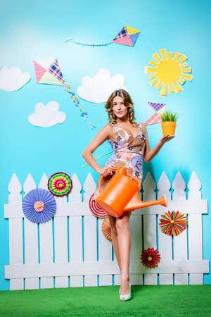 Zomer mode. Mooie lachende jonge vrouw die zich in de zomer decoratie. Beauty, fashion.