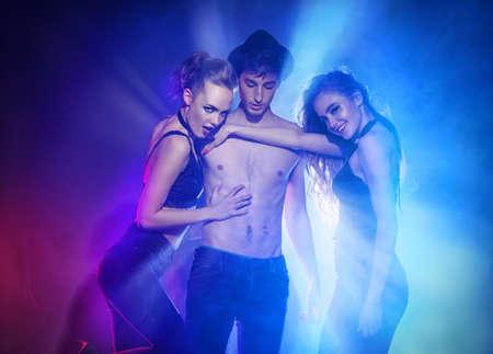 Disco, Night Party-Konzept. Gruppe von fröhlichen jungen Menschen in einer Nacht-Party tanzen. Schönheit, Mode. Unterhaltung.