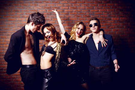 Disco, le concept nuit de fête. Groupe de joyeux jeunes gens qui dansent à une fête de nuit. Beauté, mode. Divertissement.
