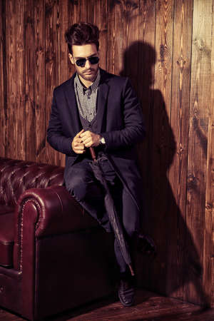 선글라스에 잘 입고 당당한 남자의 초상화. 남성 뷰티, 패션. 헤어 스타일링, 이발소.
