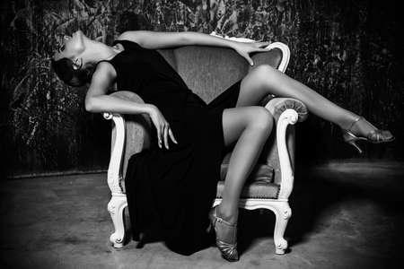 75190129-retrato-en-blanco-y-negro-de-una-mujer-encantadora-hermosa-con-pasado-de-moda-el-maquillaje-y-el-pei.jpg?ver=6