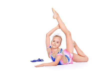 Schöne kleine Gymnastmädchens Gymnastik mit einem Ball zu tun. Profi-Sport. Isolierte über weiß. Kopieren Sie Raum. Standard-Bild - 75190279