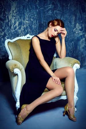 古い昔ながらのメイクアップと指波の髪型と美しい魅力的な女性。 豪華な生活。20 代、30 代のレトロなスタイル。美容、ファッションのコンセプト 写真素材