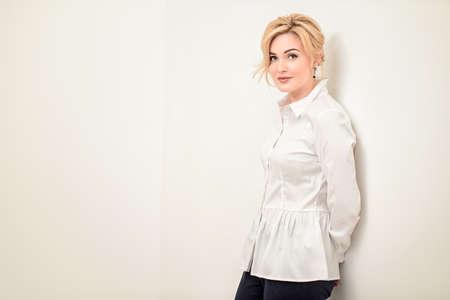sports shoes ed707 0a641 Ritratto di una bella donna di mezza età in camicia bianca. Elegante donna  d'affari in ufficio.